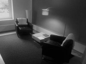 Sitzsituation schwarz weiß